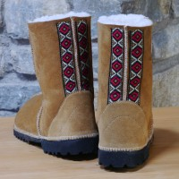 Sheepskin-boots-in-spice-with-embroidered-braid-b